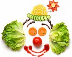 Sağlıklı yiyeceklerle hazırlanmış palyaço resmi.