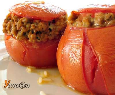 Ege Bölgesinin Yemek Kültürü içinde yer alan etli domates dolması.