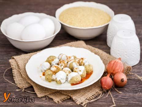Sivas'a ait yoğurt soslu, bulgurlu mirik köftesi görseli.
