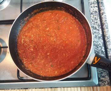 Marinara Sos Tarifi - Tavada marinara sosu kısık ateşte pişiriliyor.