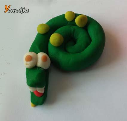 Oyun hamuru ile yapılan yılan görseli - Play dough lovely snake.