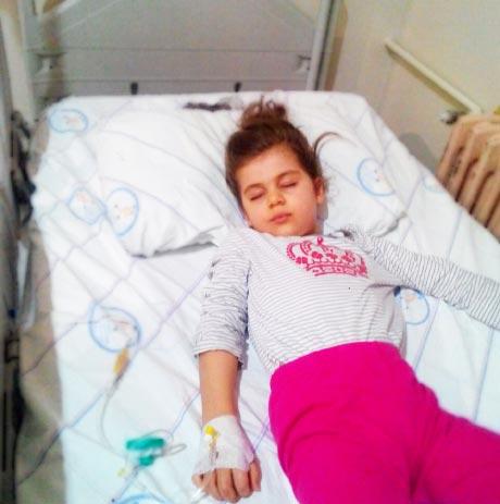 Rota virüsü nedir rota virüsü tedavisi nasıl olur? Rota virüsüne yakalanmış küçük kız hastanede yatıyor.
