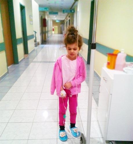 Rota virüsü nedir rota virüsü tedavisi nasıl olur - Hastanede rota virüsüne yakalanmış küçük kız görseli.