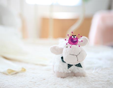 Rota virüsü nedir rota virüsü tedavisi nasıl olur? Aşısı ne zaman yapılır? Oyuncak kuzu ve virüs görselleri.