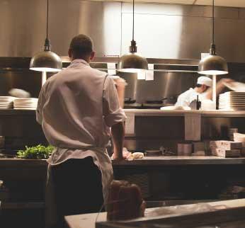 Mutfaktaki aşçı görseli.
