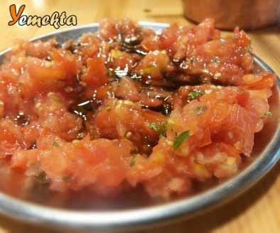 Tabakta nar ekşili domates salatası.