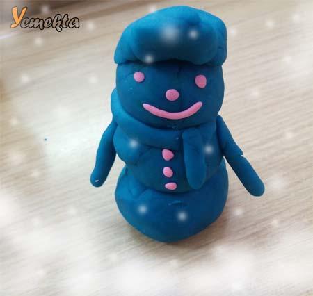 Oyun hamuru ile yapılan şekiller görseller - Oyun hamuruyla yapılmış kardan adam.- Oyun hamuru ile yapılan kardan adam.