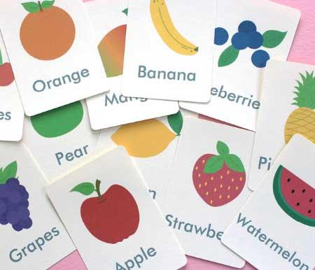Çocuğuma İngilizce nasıl öğretebilirim İngilizceyi nasıl sevdiririm? sorusunun cevabı için kullanılan resimde, meyvelerle ilgili flaş kartlar var. çocuklar, flaş kartlarla oynamayı çok sever.
