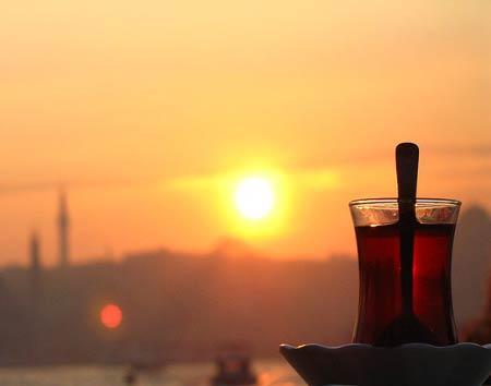 Marmara Bölgesinin Yemek Kültürü içerisinde yer alan bir bardak çay görseli.