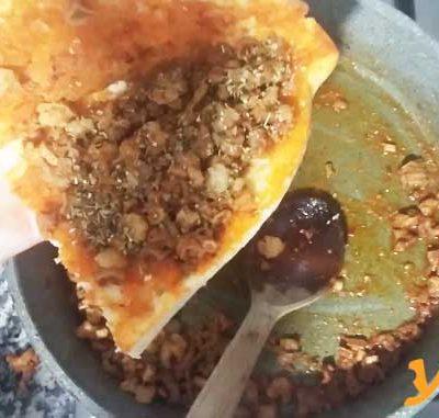 Kokoreç Tarifi Evde Kokoreç Yapımı - Yarım ekmek kokoreç görseli.