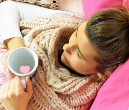 Hareketsiz kalmak isiliğe neden olur. - Yatakta hareketsiz yatan hasta kadın görseli.