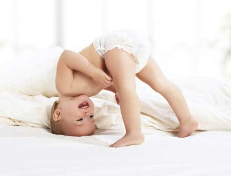 İsilik nasıl geçer? Altı temizlenmiş mutlu bebek resmi - Alt temizlemek isiliğe iyi gelir.