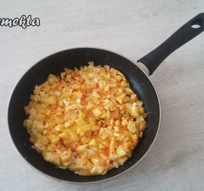 Tavada patatesli omlet - Pattesli omlet tarifi için öne çıkarılmış görsel.