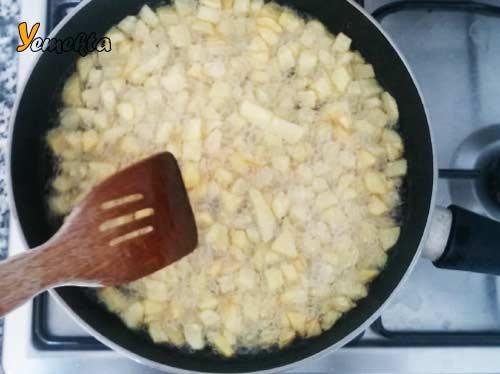 Resimde, patatesler tavadaki yağda kızarıyor.