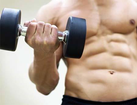 isilik nasıl geçer? Yoğun egzersiz, isiliğe neden olabilir - Kaslı erkek vücudu görseli.