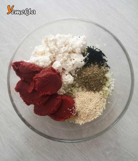 Biberli ekmek tarifi için malzemeler - Salça, kekik, çörek otu, susam zeytinyağı, lor görselleri.