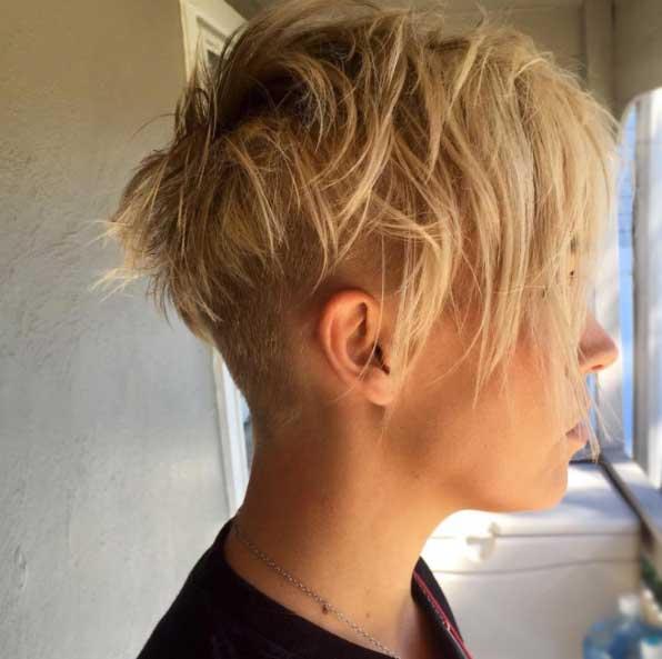 Kısa saç modelleri - Saçın altına doğru giden pixie kesim sarı kadın saçı görseli.