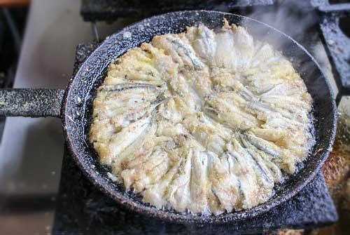 Karadeniz Bölgesi Yemek Kültürü içerisinde bulunan hamsi tava yemeğine ait bir görsel.