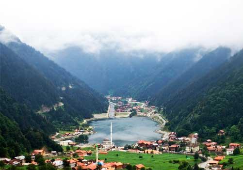 Karadeniz Bölgesi Yemek Kültürü içerisinde bulunan turizm merkezi Uzungöl'e ait bir görsel. bu yerde manzara eşliğinde kahvaltı, bisiklet turu, yamaç paraşütü yapabilirsiniz.