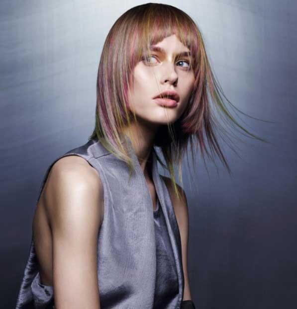 Kısa Saç Modelleri - Resimde düz, kekin kısa saç modeline sahip kadın görseli var.