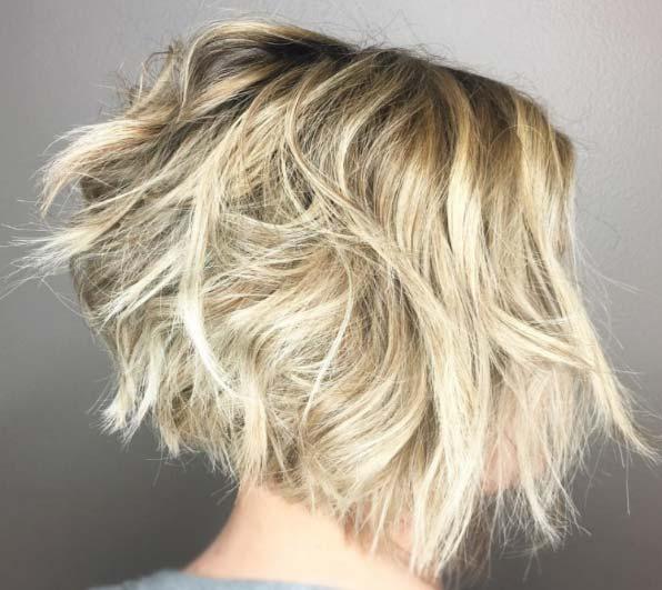 Kısa saç modelleri arasında yer alan bob kesim, plaj dalgalı kısa saç görseli.
