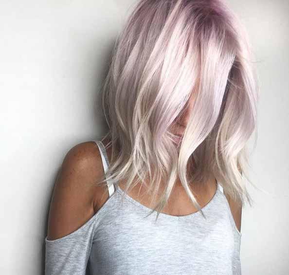 Kısa Saç Modelleri için kullanılan resimde, platin rengi lob kesim kısa ve dalgalı saça sahip güzel bir kadın var.