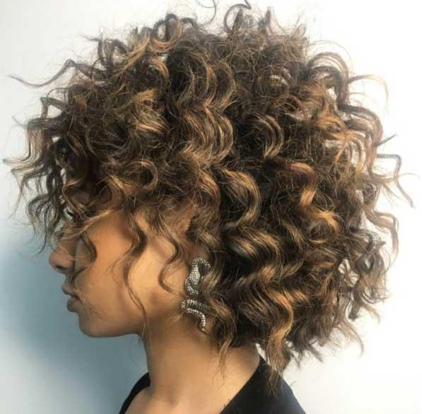 Kısa saç modelleri - Kıvırcık kadın saçı görseli..