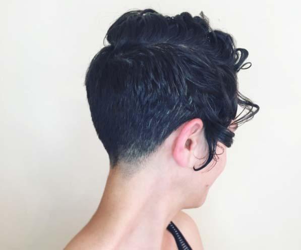 Kısa saç modelleri yazısı için kullanılan pixie kesim saç görseli.