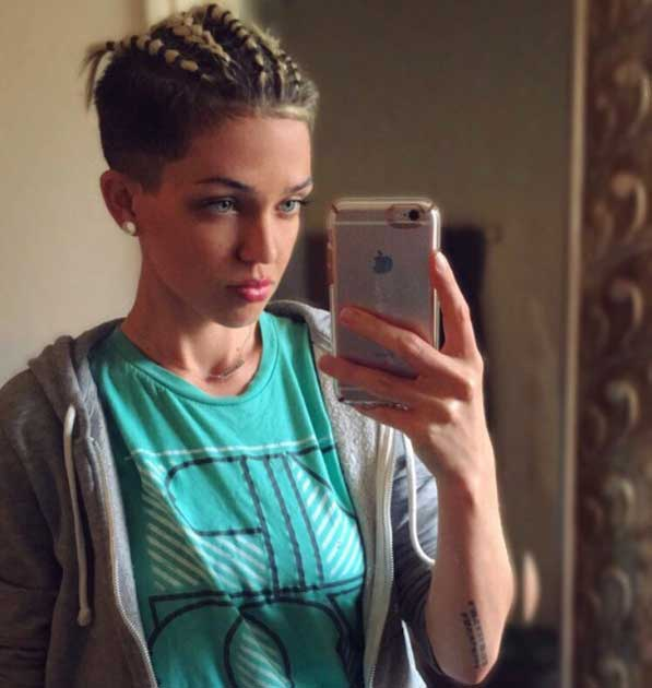 Kısa Saç Modelleri - Resimde üstten örgülü pixie kesim kısa saça sahip güzel kadın görseli var.