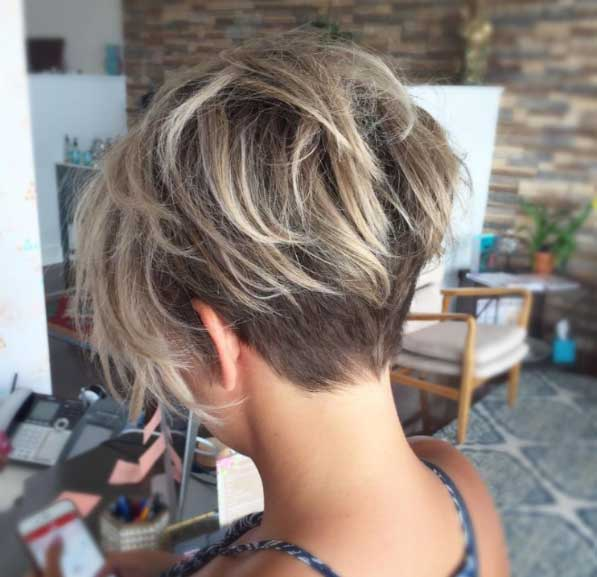 Kısa saç modelleri - Ensedeki saçlar tıraşlanmış, üst kısımlar orta uzunlukta pixie kesim saç görseli.