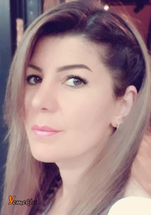 Burun estetiği ameliyatı olmuş güzel kadın yüzü.
