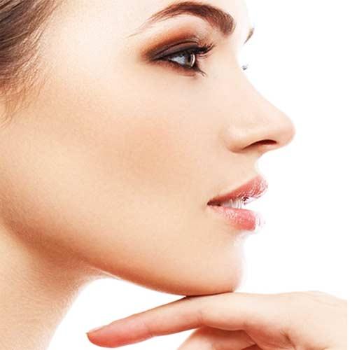 Burun estetiği ameliyatı olmuş güzel kadına ait yan profil resmi.