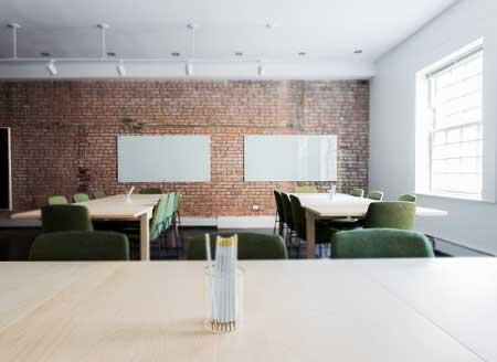 İş güvenliği kurs merkezleri - İş güvenliği uzmanı nasıl olunur sorusu için kullanılan derslik görseli.