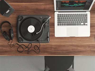 Ücretsiz müzik sitesi için mateyaller: Bilgisayar, CD çalar, kulaklık ve hoparlör.
