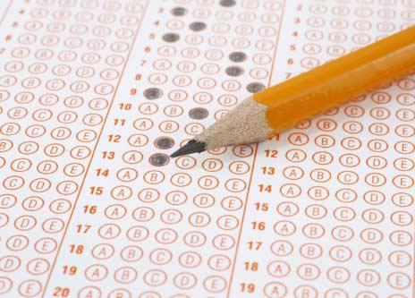 Aşçılık Lisesi Taban Puanları yazısı için kullanılan sınav kağıdı ve kalem görseli.