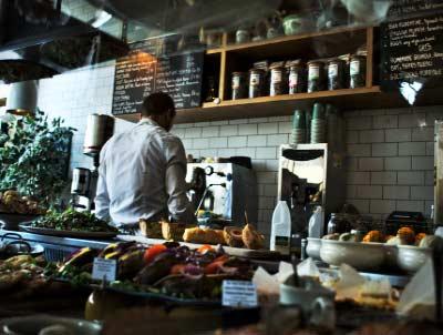 Gastronomi Taban Puanları yazısı için kullanılan görselde, mutfakta çalışan şef resmi bulunuyor.