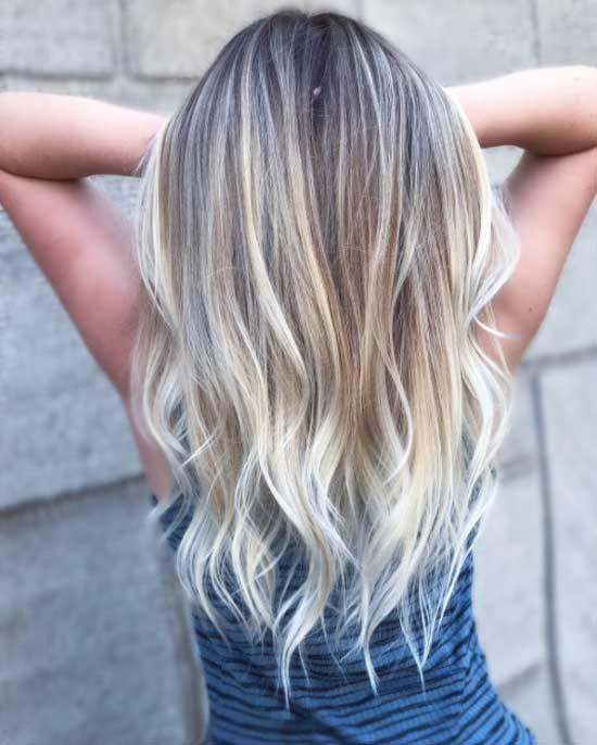 Uzun saç modelleri - Resimde, alt saçları dalgalı, balyajlı uzun saç modeline sahip kadın görseli var.