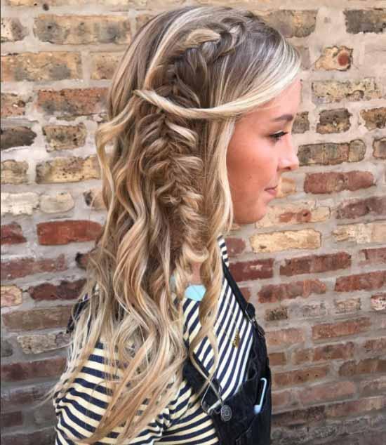 Uzun saç modelleri yazısı için kullanılan resimde, güzel bir kadına ait dalgalı ve örgülü uzun saç görseli var.