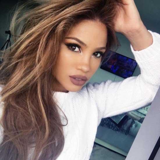 Uzun saç modelleri yazısı için kullanılan resimde, dalgalı ve hacimli uzun saç modeline sahip güzel bir kadın var.