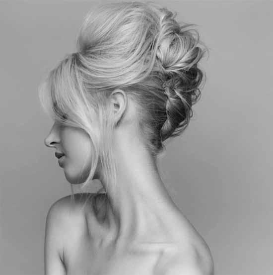 Gelin başı modelleri için kullanılan bu resimde, kısa, önden kaküllü ve arkadan topuz açık saç modeline sahip gelin görseli var.