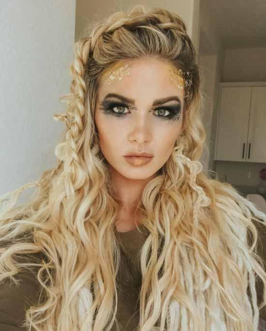 Gelin Başı Modelleri - Dalgalı, örgülü uzun gelin saçı modeline sahip güzel kadın görseli.