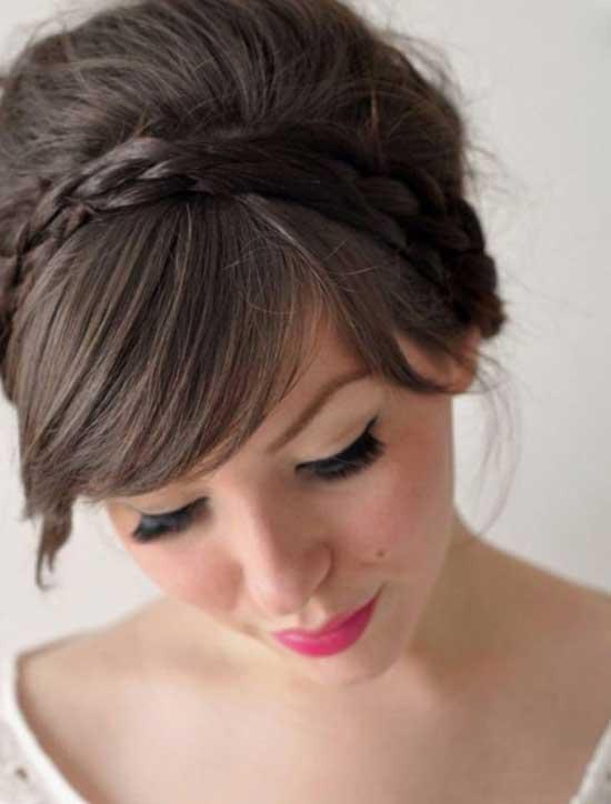 Gelin başı modelleri yazısı için kullanılan bu resimde, kakül gelin saç modeline sahip gelinlik giymiş güzel bir kadın görseli var.