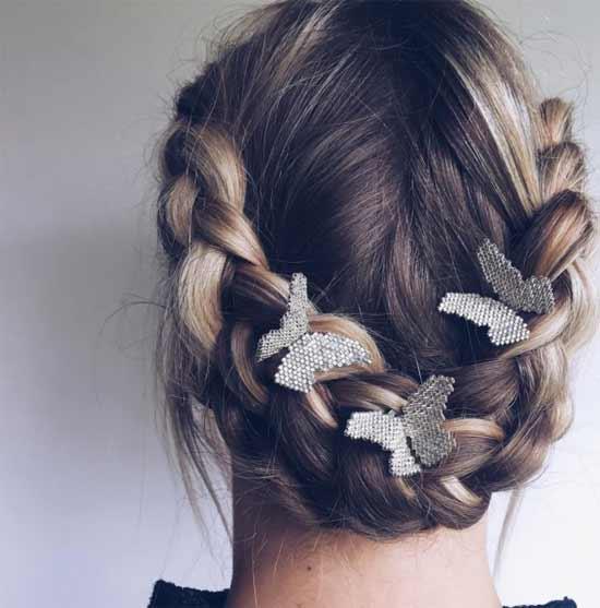 Gelin başı düğün saç modelleri yazısı için kullanılan bu resimde, arkadan örgülü, kısa, düz saça sahip gelinlik giymiş güzel bir kadın görseli var.