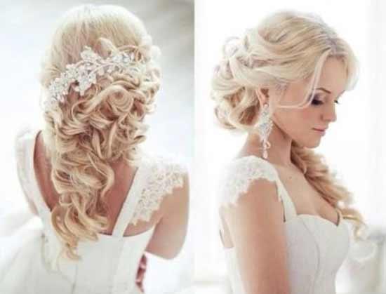 Gelin başı düğün saç modelleri yazısı için kullanılan bu resimde, kıvırcık at kuyruğu uzun, sarı saça sahip gelinlik giymiş güzel bir kadın görseli var.