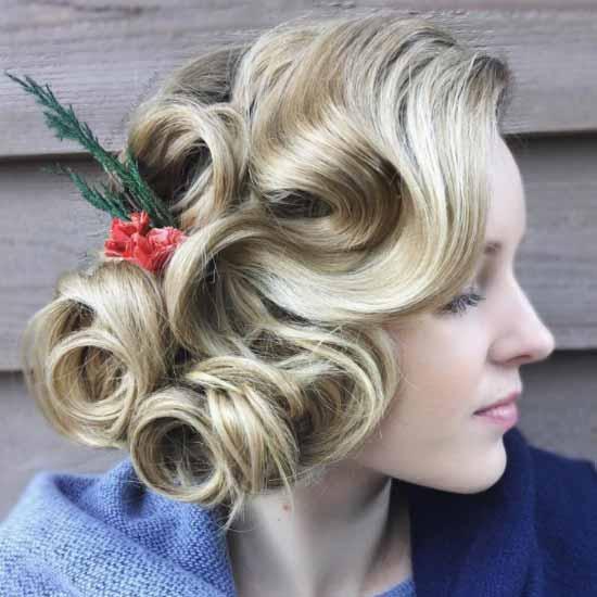 Gelin başı modelleri yazısı için kullanılan resimde, kısa bukleli kıvırcık saça sahip kadın görseli var.