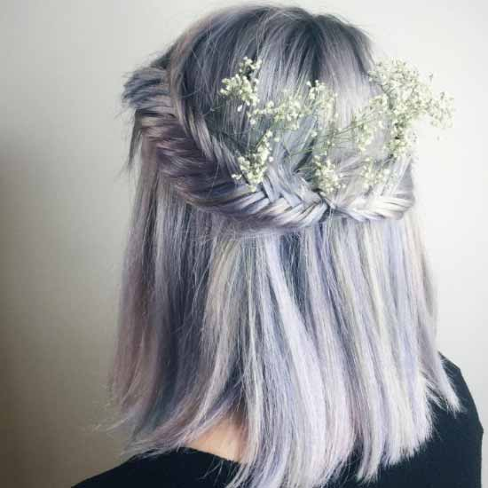 Gelin başı modelleri yazısı için kullanılan resimde, kısa, düz, lavanta rengi saça sahip kadın görseli var.