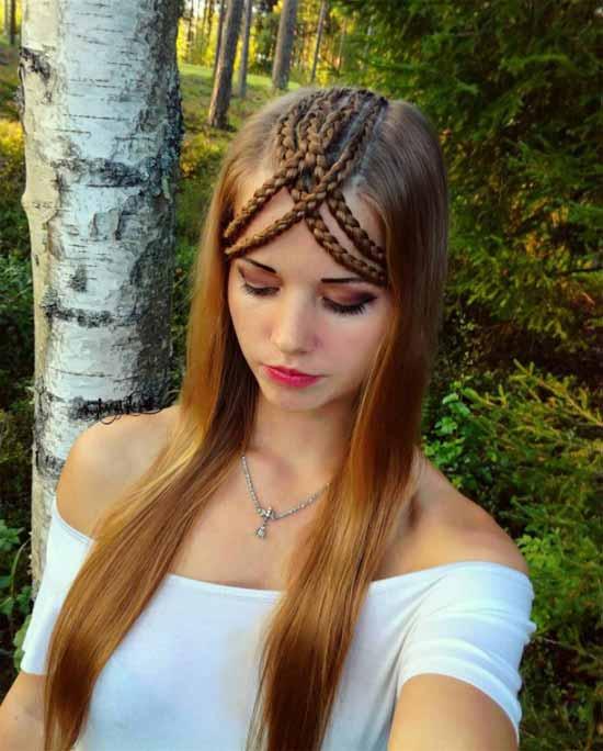 Gelin başı modelleri yazısı için kullanılan bu resimde, kakülü örgülü, uzun, düz saça sahip güzel kadın görseli var.