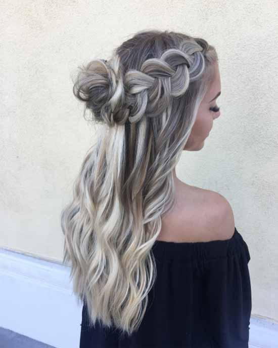 Gelin başı modelleri için kullanılan bu resimde, uzun, dalgalı ve arkadan örgü topuz saç modeline sahip gelin görseli var.