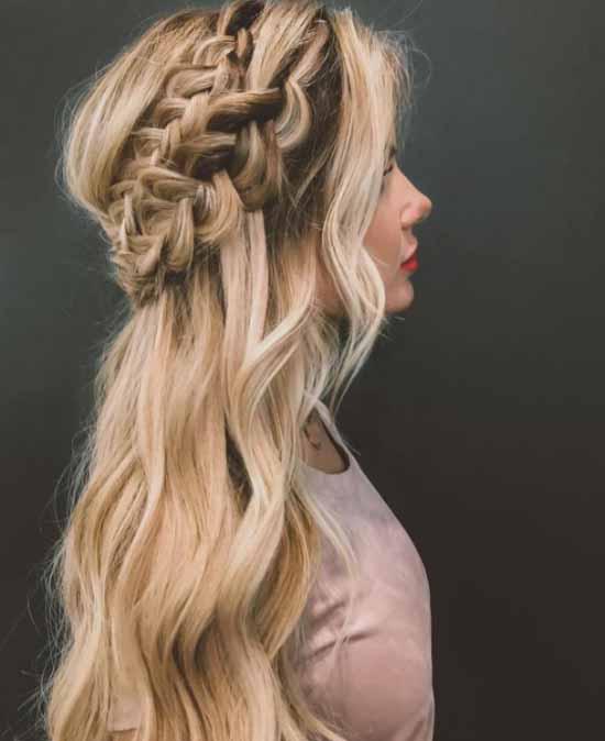Gelin Başı Modelleri için kullanılan resimde, dalgalı sarı saça sahip kadın var.