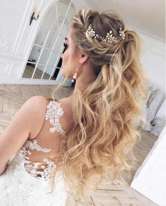 Gelin başı düğün saç modelleri yazısı için kullanılan bu resimde, uzun, dalgalı at kuyruğu, sarı saça sahip gelinlik giymiş güzel bir kadın görseli var.